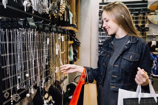 dziewczyna robi zakupy w sklepie